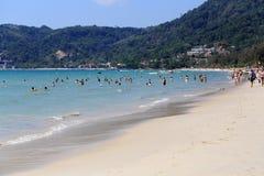Rowds von Touristen machen auf einem Strand während ihres Weihnachtenhol Urlaub Lizenzfreies Stockbild