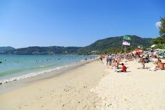 Rowds von Touristen machen auf einem Strand während ihres Weihnachtenhol Urlaub Lizenzfreie Stockfotografie