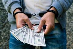 Rowdy arrestado en las esposas que cuentan el billete de banco del dólar F arrestada fotos de archivo
