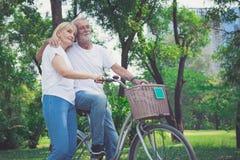 rowerów pary parka jeździecki senior zdjęcia stock