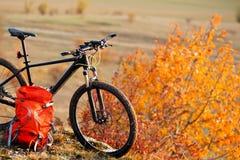 Rower górski po przejażdżki w naturze z plecakiem Obrazy Stock