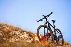 Rower górski po przejażdżki w naturze z plecakiem Zdjęcia Stock