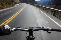 Rower górski przejażdżka na Camino De Los angeles Muerte, Handlebar perspektywie/ fotografia stock