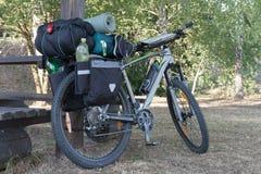 Rower górski z saddlebags w letnim dniu Zdjęcie Stock