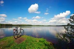 Rower jest na jeziorze na Pogodnym letnim dniu Fotografia Royalty Free