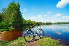 Rower jest na jeziorze na Pogodnym letnim dniu Obraz Royalty Free
