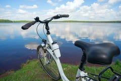 Rower jest na jeziorze na Pogodnym letnim dniu Zdjęcia Stock