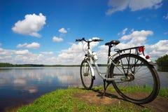Rower jest na jeziorze na Pogodnym letnim dniu Fotografia Stock