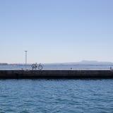 Rower na molu przeciw morzu i niebieskiemu niebu Fotografia Stock