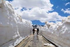 Rower przejażdżki w śnieżnych górach zdjęcia royalty free