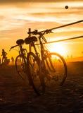 Rower siatkówka i sylwetki zarabiają netto na plaży Obrazy Royalty Free