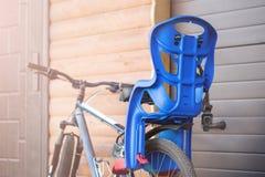 Rower z dziećmi niesie siedzenia dołączającego Cykl z dzieciaka transportu wyposażenia stojakiem blisko drewnianego garażu Famil fotografia stock