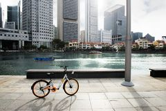 Rower zatoką w mieście Zdjęcia Royalty Free