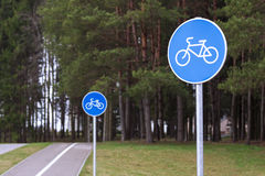 Rowerowa ścieżka podpisuje wewnątrz parka fotografia stock