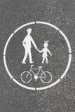 Rowerowego i zwyczajnego pasa ruchu drogowy znak malował na bruku Obrazy Royalty Free
