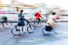 Rowerowi jeźdzowie w mieście Fotografia Royalty Free