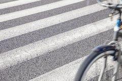 Rowerowy chodzenie z zebry tła skrzyżowaniem Obrazy Stock
