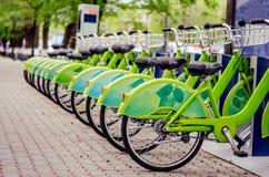 Rowerowy do wynajęcia system czystych ekologicznie transportu rowerowy udzielenie zdjęcia stock