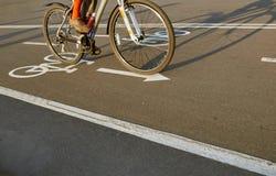 Rowerowy drogowego znaka i roweru jeździec zdjęcia royalty free