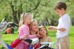 rowerowy dzieci matki park fotografia stock