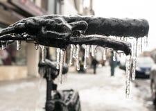 Rowerowy Handbars Obramowany w lodzie w zbliżeniu Po Lodowej burzy zdjęcie royalty free