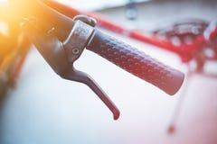 Rowerowy handlebar i przerwy, rower naprawa, zamazany t?o fotografia stock