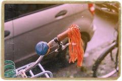 Rowerowy handlebar sterowanie z rocznika błękitnym rogiem Fotografia Stock