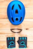 Rowerowy hełm i para rękawiczka odgórny widok zdjęcie stock