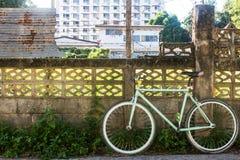 Rowerowy i stary ogrodzenie cement z panwiowym żelazem który jako tło Fotografia Royalty Free