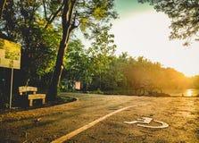 28 - Rowerowy kolarstwo Na słońcu błyszczy w wieczór obraz stock