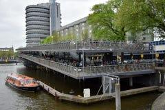 Rowerowy magazyn nad IJ jezioro w Amsterdam obraz stock