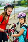 Rowerowy opony pompować, naprawa dziecka bicyclist na drodze i Fotografia Stock