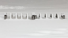 Rowerowy parking zakrywający z śniegiem zdjęcia stock