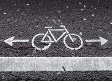 Rowerowy pas ruchu. Biały drogowy ocechowanie z strzała Fotografia Royalty Free