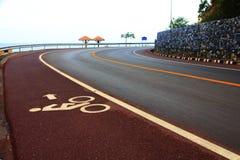 Rowerowy pas ruchu na uphill&downhill ulicie z znakiem, strzała i mąci Obrazy Stock