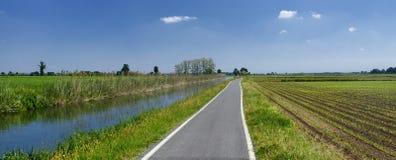 Rowerowy pas ruchu wzdłuż Naviglio Bereguardo Włochy Zdjęcie Stock