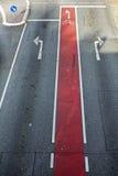 Rowerowy pas ruchu z czerwonym ocechowania i roweru symbolem na asfaltowym Roa Fotografia Royalty Free