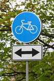 Rowerowy pas ruchu z dwudrogowym ruchu drogowego znakiem Fotografia Royalty Free