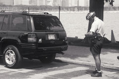 Rowerowy policjanta writing bilet Zdjęcia Stock