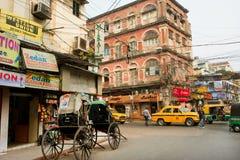 Rowerowy riksza zatrzymuje na rogu ulicy z ruchem drogowym Zdjęcie Royalty Free