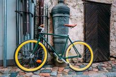 Rowerowy rower Parkujący Blisko Starego działa Na ulicie W Starym część europejczyka miasteczku Obraz Royalty Free