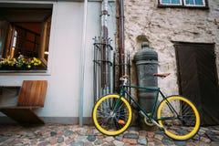 Rowerowy rower Parkujący Blisko Starego działa Na ulicie W Starym część europejczyka miasteczku Fotografia Royalty Free