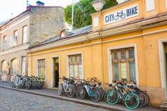 Rowerowy wynajem W Starej części Tallinn - estończyk Zdjęcia Stock