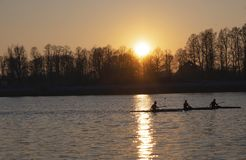 Rowers γυναικών στο ηλιοβασίλεμα - Μιλάνο Idroscalo στοκ φωτογραφία με δικαίωμα ελεύθερης χρήσης