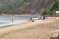 Rowers подготавливают для того чтобы настроить ветрило стоковые изображения rf
