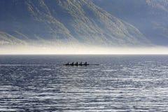 Rowers тренируя на водах женевского озера Стоковое фото RF