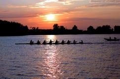 Rowers en la puesta del sol Fotografía de archivo