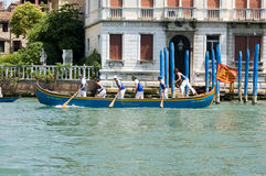 Rowers que compiten con en el canal magnífico, Venecia Imágenes de archivo libres de regalías