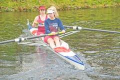 Rowers réchauffant pour le chemin principal de petits bateaux. Photos stock