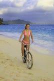 roweru bikini dziewczyna jej różowa jazda Zdjęcie Royalty Free